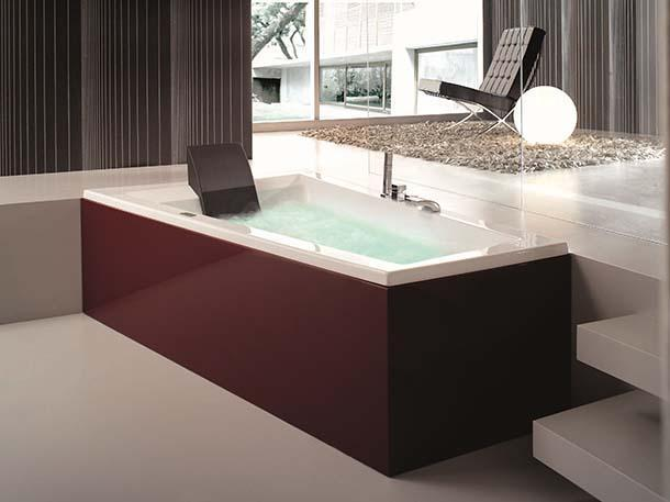 La vasca da bagno di design con pannello di rivestimento laccato