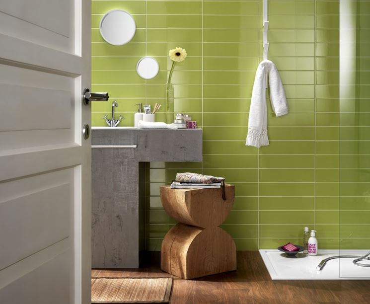 Pavimento in legno e accessori in legno per un bagno all'insegna della natura