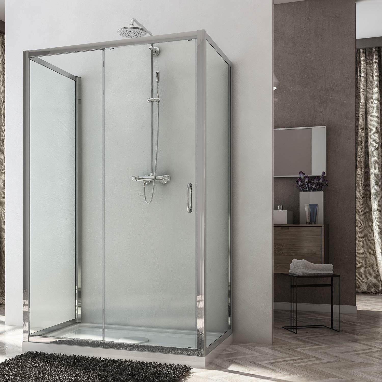 Box doccia posionato al centro della parete con due pannelli fissi ai lati ed apertura anta battente