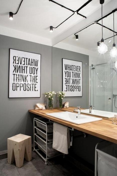 Utilizzare corpi illuminanti ben in vista per valorizzare un bagno in stile metropolitano