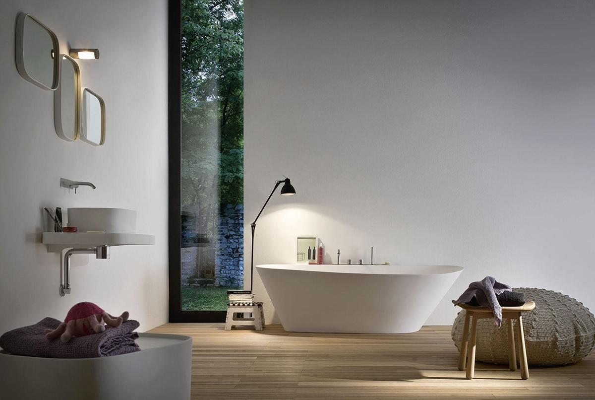 Come valorizzare la vasca da bagno con l'uso di una lampada da terra